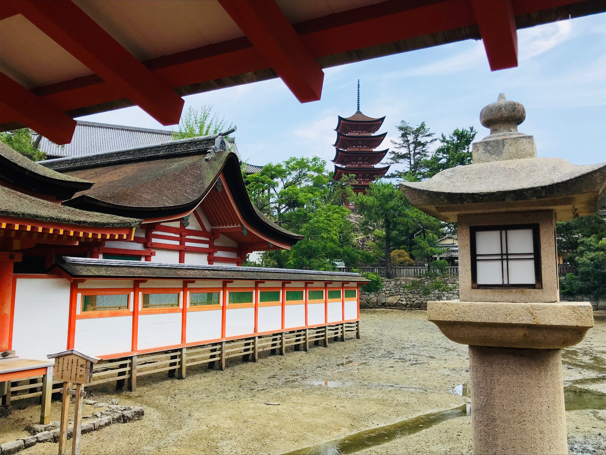 厳島神社から五重塔を眺める風景